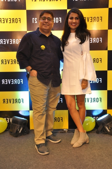 foreveer-21-presents-vidya-vox-leftglobal-youtbe-sensation-to-promote-her-latest-music-album-vidya-vox-kuthu-fire-in-bangalore-with-mr-rahul-jhamb-right-brand-head-forever-21.jpg